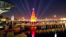 V Austrálii si postavili plovoucí a svítící vánoční stromek