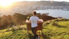 Rozkládací kartonový stůl Refold vám umožní pracovat kdekoliv