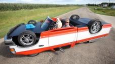 Američan si postavil na střechu otočené jezdící auto