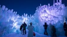 V americkém Utahu stojí obrovský osvětlený ledový hrad