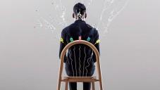 Josie je židle s vybuchujícími konfetami při dosednutí
