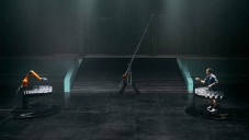 Robot KUKA se utkal ve hře na skleničky s hráčem stolního tenisu