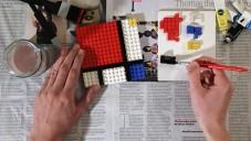 Brit maluje s pomocí kostek Lego mondrianův obraz