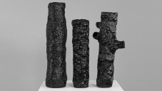 Marlene Huissoud vytváří černé vázy z včelího propolisu