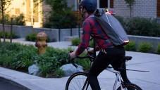 BrakePack je batoh s ukazateli pro bezpečnější jízdu na kole