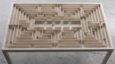 Benjamin Nordsmark navrhl stůl se zabudovaným labyrintem