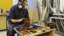 Kevin Callaghan vytvořil vázy z toxického odpadu jezera