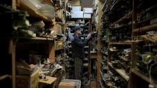Bill Czappa je opravář televizí tvořící obrazy a sochy z nálezů