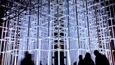 Kostka z papírových trubek ve Valencii zářila večerní projekcí