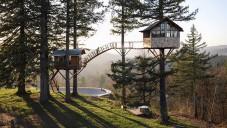 Parta přátel si postavila domky na stromech Cinder Cone