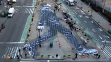 Francouz vytvořil portrét obřího chodce v New Yorku