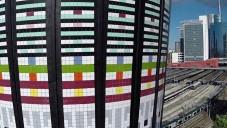 Milánskou věž Torre Arcobaleno obložili barevnými dlaždicemi