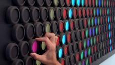 Everbright je světelná stěna měnící své barvy otáčením
