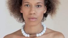 Adéla Pečlová navrhla kolekci šperků z exotických dřevin