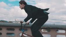 Móda Prostějov má reklamní spot na obleky s jezdcem na BMX