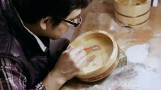 Riusuke Fukahori maluje na dřevo prostorové zlaté rybky