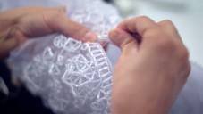 Chanel ukazuje jak ručně zdobí šaty z kolekce Haute Couture