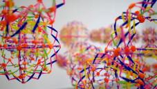 Nils Völker vytvořil instalaci ze 108 měnících se koulí
