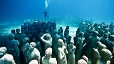 Jason deCaires Taylor vystavuje své sochy lidí pod vodou