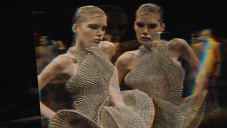 Iris van Herpen předvedla kolekci Lucid na molu plném zrcadel