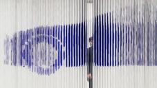 Formafantasma navrhla pro Lexus instalaci z modrobílých provázků