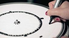 Dyskograf je experimentální gramofon hrající stopy tvořené fixem