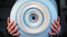 Matthew Chambers vytváří prostorové keramické plastiky
