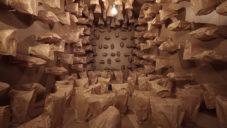 Zimoun vytvořili instalaci z 317 nafukovaných papírových pytlíků