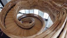 Lobby v izraelské budově zdobí dřevěné schodiště tvaru víru