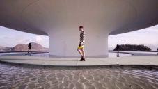 Louis Vuitton ukázal novou kolekci Cruise v muzeu od Niemeyera