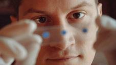 Thomas Larson navrhl čočku pro mobil zvětšující jako mikroskop