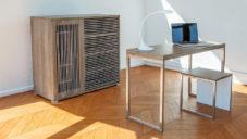 Slováci navrhli multifunkční komodu skrývající židle i stůl