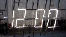 Tube Lamp Clock ukazují čas vysouváním světelných trubic