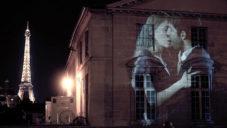 Julien Nonnon promítal na domy v Paříži líbající se páry