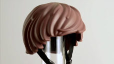 Moef navrhli helmu pro děti podle vlasů z figurky Playmobil