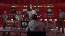 Klip ukazuje vývoj designu kontrolních místností od roku 1971