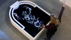 Plastic Reflectic je interaktivní instalace ukazující znečištění vod