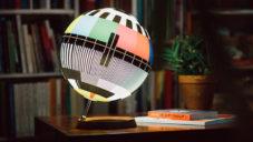 Mono Lamp je stolní lampa s motivem testu z televize
