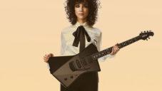 Zpěvačka St. Vincent navrhla elektrickou kytaru pro ženy