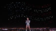 Intel použil 300 dronů na vytvoření svítící vlajky pro Lady Gaga