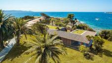 Maison H2 je polootevřená vila na pobřeží Korsiky