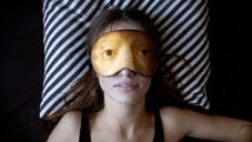 Lesha Limonov navrhl masky na spaní s očima z obrazů