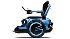 Elektrický invalidní vozík Scewo zvládne vyjet i schody