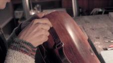 Ji Yeon ukazuje jak v Praze ručně vyrábí kožené tašky