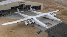 Největší letoun světa Stratolaunch bude vynášet rakety do vesmíru