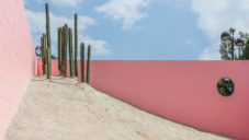 Dvojice architektů postavila na mexickém náměstí pokoj s pouští