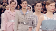 Chanel velí na léto elegantní kostýmky i princeznovské šaty