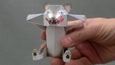 Japonec vyrábí papírové skládačky s malým překvapením