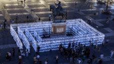 V Madridu na náměstí postavili svítící labyrint z plastového odpadu