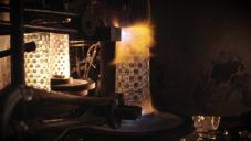 Nachtmann ukazuje jak roboticky vyrábí sklo i od českých designérů